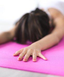 Kvinna på rosa yogamatta