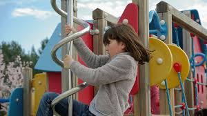 Barn på en lekpark
